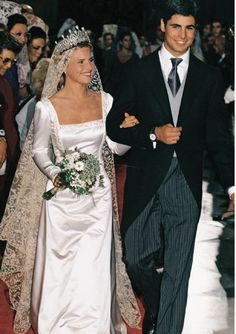 Eugenia Martínez de Irujo, Duchess of Montoro and daughter of the current Duchess of Alba, married in Sevilla on October 1998 bullfighter Francisco Rivera Ordóñez. Royal Wedding Gowns, Royal Weddings, Wedding Veils, Bridal Wedding Dresses, Wedding Attire, Bridesmaid Dresses, Adele, Estilo Real, Royal Brides