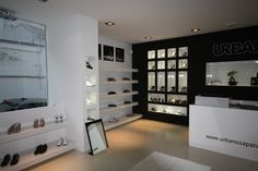Diseño de una zapatería con líneas limpias y depuradas Room, Furniture, Shopping, Design, Home Decor, Shoe Stores, Boutiques, Retail, Shoes