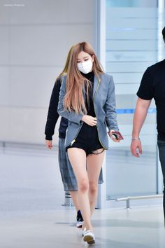 See all BLACKPINK Jisoo, Rosé, Lisa Airport photos and videos on September 2018 at Incheon International Airport back from New York Fashion Idol, Blackpink Fashion, Fashion Outfits, Korean Airport Fashion, Korean Fashion, Mascara Kpop, Moda Kpop, Jenny Kim, Kpop Mode