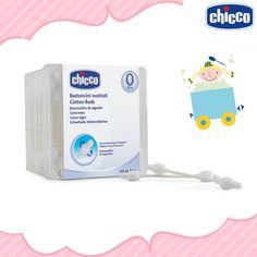 A limpeza da orelha dos bebês deve ser feita com uma haste flexível umedecida.  Mas atenção: não aprofunde muito, é totalmente contraindicado no conduto auditivo, porque essa região tem a pele muito delicada, sofrendo com qualquer agressão física. A higiene externa deve ser feita após o banho com uma toalha delicada, diariamente.  As Hastes Flexíveis Chicco são suaves e muito seguras, uma vez que são feitas em 100% algodão e possuem proteção para o tímpano, graças à sua base mais larga.