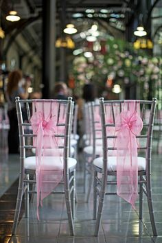 ombre blue effect on crystal clear chiavari chairs a fun idea for