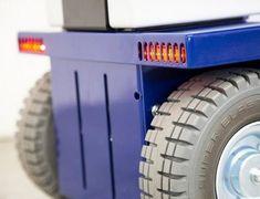 K2 Zallys, Elektrický Tříkolový Transportní Prostředek - Tahač Se Stojícím Řidičem. Rychlost - 10km/h; Tažná kapacita až 1 500kg; Max. sklon - 15%. Tažné zařízení s rychlým připojením a odpojením nosičů nákladu. Snadná přeprava osob a tažení vozíků ve výrobě, v obchodě a v logistice. Monster Trucks