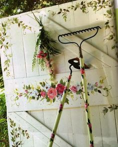 shabby chic - alessandra fiorani - Picasa Web Albums- do something fun to the inside of my shed door?  my kid's handprints? hmmm...