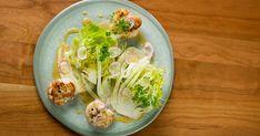 Une salade de laitue Boston qui sort de l'ordinaire avec des saveurs de fruits de mer et d'agrumes! Une recette vivifiante et santé, présentée dans l'émission Vézina, chef responsable. Boston, Cabbage, Tacos, Vegetables, Ethnic Recipes, Boxing, Lettuce Salads, Dinner, Seafood