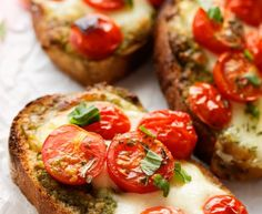 Treat yourself to these delicious bruschetta mozzarella tomatoes for the aperitif or with a good salad Veggie Recipes, Vegetarian Recipes, Healthy Recipes, Bruschetta Tomate Mozzarella, Batch Cooking, Cooking Recipes, Food Porn, Italian Appetizers, Good Food