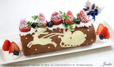 Beautiful Christmas Cake Roll Chocolate/White Chocolate with Berries. Swiss Roll Cakes, Swiss Cake, Christmas Sweets, Christmas Baking, Christmas Cakes, Japanese Roll Cake, 13 Desserts, Plated Desserts, Love Cake