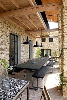 Investir la terrasse comme une pièce en plus de la maison . Design Exterior, Patio Design, House Design, Garden Design, Colonial Exterior, Wall Exterior, Exterior Cladding, Cottage Exterior, Modern Exterior
