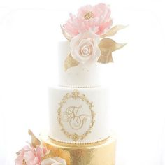 Happy Thursday lovelies! Lets start the day off with this beautiful cake! Via  Cake Design: @momochencakes #Cake #weddingcake #sugarflowers #yum #delicious #sugar #cakestagram #cakes #weddings #luxurywedding #gold #weddingplanning #sophisticatedbride #bellethemagazine by bellethemagazine