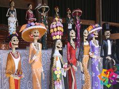 """MICHOACÁN MÁGICO. Capula es un pueblo alfarero desde 1550, cuando Vasco de Quiroga llevó el oficio del barro al lugar y cuenta con el reconocimiento de """"región de origen"""" de una de las figuras populares más famosas de México a nivel mundial. Las """"Catrinas de Capula"""" se dieron a conocer hace 35 años cuando Juan Torres, un escultor de oficio, le dio forma a la primera. Michoacán Mágico le invita a conocer las hermosas esculturas de la Catrina en Capula Michoacán. HOTEL VILLAMONTAÑA…"""