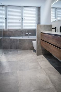 Betonlook tegels - Regge Tegels & Vloeren Beautiful Bathrooms, Apartment Design, Toilet, Sweet Home, Bathtub, Indoor, Modern, Bath Room, Bathroom Ideas