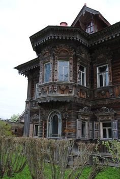 ideas house old farm Abandoned Mansions, Abandoned Buildings, Abandoned Places, Wooden Architecture, Russian Architecture, Creepy Houses, Witch House, Craftsman House Plans, Architectural Features
