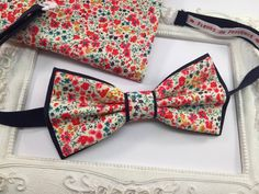 Set Noeud Papillon Double et Pochette costume assortie Tissu Liberty Phoebe Rouge corail et bleu - Homme : Cravates par fleurs-de-provence