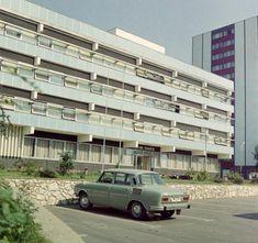 Eötvös tér, Városi Tanács (ma Járási Hivatal), jobbra a Platán sor torkolata.
