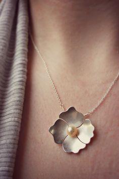 Mohn Anhänger A schöne Anhänger inspiriert durch eine Mohn Blume. Handarbeit aus Sterlingsilber. Einen weissen Süsswasserperlen ruht in der