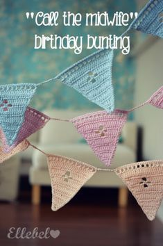 "Free crochet pattern English Tutorial ""Call the Midwife"" Birthday Bunting / Gratis Haakpatroon en Tutorial call the midwife vlaggetjes lijn Nederlands Haakpatroon Crochet Home, Crochet Gifts, Diy Crochet, Crochet Baby, Tutorial Crochet, Crochet Triangle, Crochet Motif, Crochet Patterns, Crochet Bunting Free Pattern"