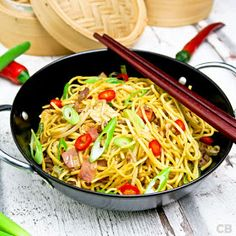 These stir-fried noodles with lots of fresh vegetables and beef are utterly delicious! Easy and quick recipe! (in Dutch) Healthy Broccoli Salad, Salad Recipes Healthy Lunch, Healthy Pastas, Quick Recipes, Asian Recipes, Beef Recipes, Ethnic Recipes, Pasta Salad For Kids, Salads For Kids