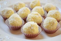 Raffaello cookies are probably one of the most delicious cookies available, but they are rather expensive. However, there are a few promising recipes that allow you to enjoy a similar taste at a lower cost. Coconut Dessert, Coconut Candy, Unique Recipes, Sweet Recipes, Mother Recipe, Chocolate Shop, Coconut Chocolate, Yummy Cookies, Desert Recipes