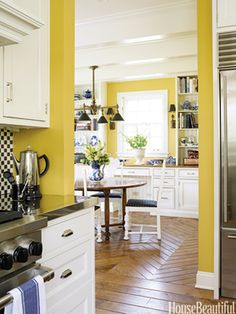 HC10 by Benjamin Moore. Design: Mick de Giulio. Photo: Ellen McDermott. housebeautiful.com. #kitchen #yellow #chevron_pattern #breakfast_room