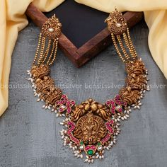 Indian Wedding Jewelry, Indian Jewelry, Bridal Jewelry, Gold Temple Jewellery, Antique Jewellery Designs, Jewelry Design Earrings, Jewelry Patterns, Beaded Necklace, Gold Necklace