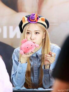 South Korean Girls, Korean Girl Groups, Rose Park, Jennie Lisa, Rhythm And Blues, Park Chaeyoung, Popular Music, Chipmunks, Korean Actresses