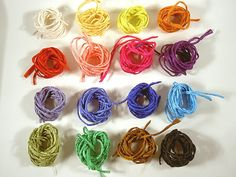 Du erhältst 16 Seidenbänder in 16 verschiedenen Farben (1 Band je Farbe) zur Herstellung von z.B. Ketten oder Armbändern; die Seidenbänder sind ideal