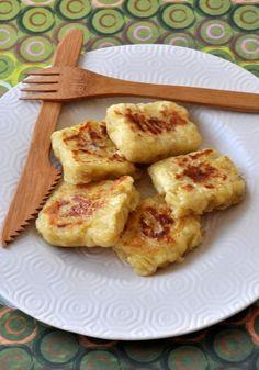 Boxty potatoes Pour une vingtaine de petites crêpes 450 g de pommes de terre à chair farineuse 115 g de farine ½ c. à c. de levure chimique 1 c. à c. de sel fin 1 œuf 2 à 3 c. à s. de lait Huile pour la cuisson Beurre pour servir