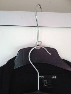 Bespaar ruimte in je kledingkast met deze handige tip! Clutter, Clothes Hanger, Helpful Hints, Life Hacks, Projects To Try, Organize, Designers, Diy, Happy