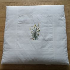 다탁 앞에 봄 냄새 나는 방석 두 점을 깔아 봅니다. 괭이밥과 금혼초 꽃수를 놨는데 봄냄새가 나는지요. 춥... Cushion Embroidery, Embroidery Stitches, Machine Quilting Designs, French Knots, Diy And Crafts, Quilts, Pillows, Sewing, Crochet