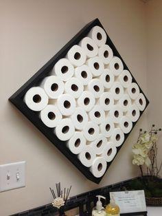 Um grande nicho para guardar os rolos de papel higiênico se transformou num acessório diferente de decoração.
