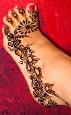 Mehndi designs have been used to brighten the brides feet for a long time. Check out these amazing foot mehndi designs for more! Henna Tattoos, Henna Ink, Et Tattoo, Henna Body Art, Henna Mehndi, Foot Tattoos, Body Art Tattoos, Mehendi, Henna Feet