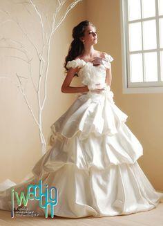 [아이웨딩] 케이트 미들턴 드레스 스타일이 인기이긴 하지만 여전히 로맨틱하고 귀여운 느낌의 드레스는 크게 사랑받고 있답니다.