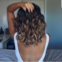 Rien de plus sexy qu'un body blanc avec un grand décolleté dos >> http://www.taaora.fr/blog/post/body-blanc-grand-decollete-dos-sexy-coiffure-boucles #look #outfit #coiffure #boucles #wavy