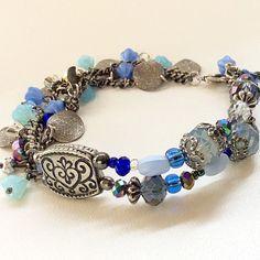 Pulseira+boho+azul+feita+com+metal+prata+envelhecida+.+Possui+cristais+,+pedras+e+contas+de+vidro.+<br>Modelo+exclusivo.