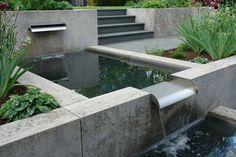Geometrisch: Über Metallippen fließt das Wasser sachte von einem quadratischen Becken ins nächste.