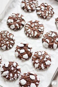 Receita: Cookies Craquelados via PratoFundo.com Donut Cupcakes, Doughnut, Donuts, Chocolates, Christmas Cooking, Sweet Bread, Creative Food, Just Desserts, Fudge
