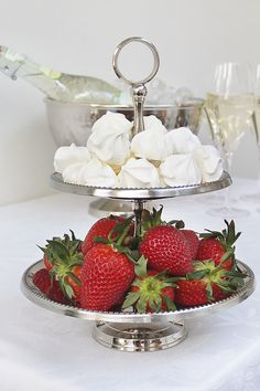 #kremmerhuset #17mai #hipphurra #etasjefat #servering #marengs #meringue #jordbær #celebration #nationalday #feiring #stilleben #interior #interiør #husoghjem #pikekyss Norway National Day, Flower Table Decorations, Norwegian Food, Party Entertainment, Jaba, Holidays And Events, Food Styling, Food Porn, Food And Drink