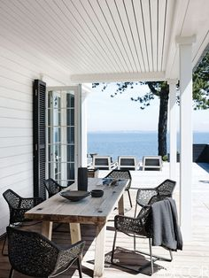 Elle Decor Magazine, Soho by the Sea Photographed by Wichmann -Bendtsen & styled by Helle Walsted. Love the organic black & white feel of this house Outdoor Rooms, Outdoor Dining, Outdoor Furniture Sets, Outdoor Decor, Dining Tables, Oak Table, Outdoor Patios, Outdoor Kitchens, Outdoor Areas