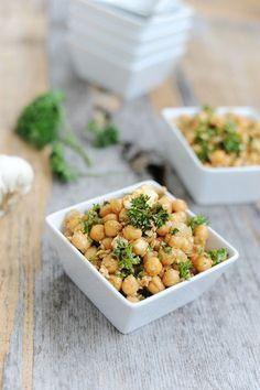 Der beste Salat zum Grillen ist für mich der orientalische Kichererbsen-Salat mit Feta, Peterling und Knoblauch. Hier das einfache Rezept für den Grillsalat
