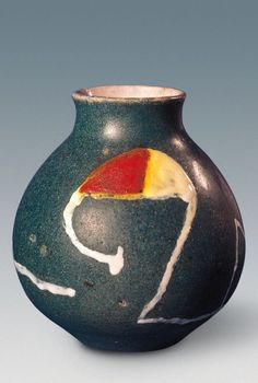 Successió Miro is an entity formed by the heirs to the estate of Joan Miró which administrates the rights of the artist's works. Ceramic Pottery, Pottery Art, Ceramic Art, Spanish Painters, Spanish Artists, Joan Miro, Keramik Vase, China Art, Art Moderne