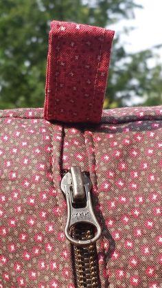comment coudre facilement un zip (pochette, trousse) - Coin Couture, Couture Sewing, Techniques Couture, Sewing Techniques, My Bags, Purses And Bags, Creation Couture, Frou Frou, Fabric Bags