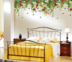 Wandtattoo im Schlafzimmer mit bunten Blumen
