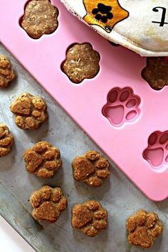 Dogs love care packages as much as humans! A Paw Prints Dog Care Package with homemade Paw Prints Peanut Butter Dog Cookies will make the special canines in your life, and their humans, tail wagging happy. Dog Biscuit Recipes, Dog Treat Recipes, Healthy Dog Treats, Dog Food Recipes, Doggie Treats, Homemade Dog Cookies, Homemade Dog Food, Recipe For Homemade Dog Biscuits, Dog Treat Packaging