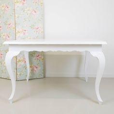 Una impresionante mesa de madera que tienen una segunda oportunidad al renovarse en blanco.