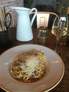 Puistolan bistro: Hangon makaronitehdas Jumbossa Spaghetti, Pork, Meat, Ethnic Recipes, Kale Stir Fry, Pigs, Noodle