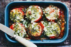 Si te apetece probar una lasaña vegetal deliciosa y más ligera que la tradicional con pasta, no puedes perderte esta receta con berenjena, calabacín y pesto