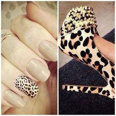 Elegantes uñas en color beige, una de ellas decorada con estampado de leopardo en marrón y negro.