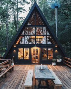 Cool Tree House Ideas to Take Your Project to the Next Level. … The goal of an awe-inspiring tree house is to make it unforgettable and a place where… decor Amazing Tree House Ideas You Need To See Chalet Design, Cabin Design, Tiny House Design, Design City, Loft Design, Tiny House Cabin, Tiny House Plans, Cabin Homes, Tiny Houses