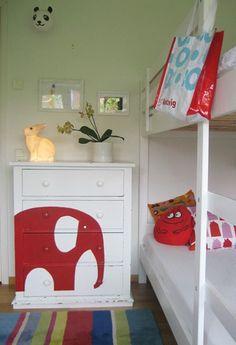 Pour personnaliser un meuble avec des formes, rien de mieux que le pochoir. Ainsi la chambre d'enfant de votre maison alliance construction s'anime autour d'un thème pour le plus grand plaisir des enfants.