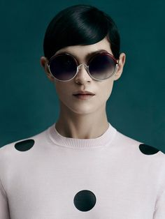 Leigh Lezark per gli occhiali da sole Sportmax View for Cutler and Gross - TendiTrendy Mens Sport Sunglasses, Sunglasses Sale, Round Sunglasses, Cutler And Gross, Lund, Leigh Lezark, Women Accessories, Fashion Accessories, Thing 1
