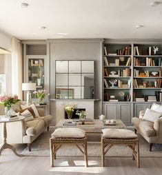 00435996 O. Salón con una librería gris y un gran espejo sobre la chimenea